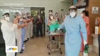 Pediatra diagnosticada com coronavírus recebe aplausos após receber alta em Goiânia - Ela ficou 34 dias internada.