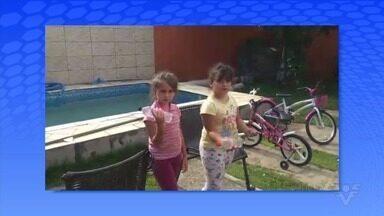"""Meninas de Peruíbe """"constroem uma academia"""" em casa - Rafa e Taune improvisaram aparelhos no jardim."""