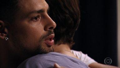 Jorginho tenta acalmar Nina - Ela não se lembra direito do que aconteceu, já que levou uma pancada na cabeça