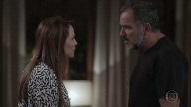Germano e Lili discutem e Fabinho se preocupa - Rafael comenta com Lu que Sofia foi um grande amor. Fabinho fica surpreso ao ver Germano e Lili se beijando