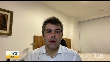 Deputado Adriano Sarney fala sobre morte do jornalista Roberto Fernandes - Logo após receber a notícia da morte de Roberto Fernandes, o deputado estadual Adriano Sarney do partido Verde mandou um vídeo para falar de quem foi o jornalista.