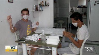 Professor confecciona e doa máscara descartável em Imperatriz - Professor está confeccionando máscaras descartáveis, que são doadas a instituições de caridade na cidade.