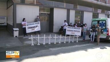 Profissionais da saúde fazem protesto no Hospital Tide Setúbal - Cartazes pediam mais segurança para os funcionários. Cruzes foram colocadas em frente a unidade em homenagem aos profissionais da saúde que morreram vítimas da Covid-19.