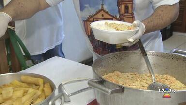 Voluntários em igreja de São Sebastião preparam marmitas para pessoas carentes - Trabalho tem sido feito por causa da pandemia do Coronavírus