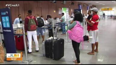Famílias se aglomeram no aeroporto de Santarém para conseguir voo - Famílias se aglomeram no aeroporto de Santarém para conseguir voo