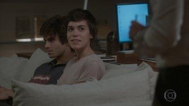 Leila conta a Germano que Jonatas ajudou Fabinho com o projeto - O empresário fica impressionado, mas se recusa a assistir as imagens gravadas por Leila