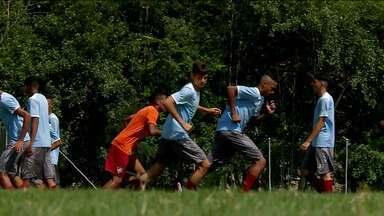 Equipes de base usam criatividade para acompanhar jovens atletas durante parada - Equipes de base usam criatividade para acompanhar jovens atletas durante parada