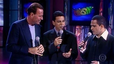 Relembre o momento em que Julio Iglesias canta com Zezé Di Camargo & Luciano - Os três encantaram o palco do 'Domingão'