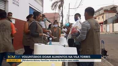 Voluntários doam alimentos na Vila Torres - Pandemia deixou famílias inteiras do bairro sem renda.