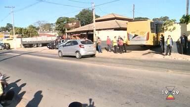 Atibaia fica sem transporte coletivo após paralisação de motoristas e cobradores - Confira reportagem do Jornal Vanguarda desta terça-feira (28).