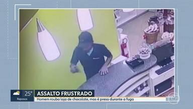 Homem rouba loja de chocolate, mas é preso durante a fuga - Crime foi registrado por câmeras de segurança. Com o suspeito, a PM encontrou o dinheiro roubado, a arma usada no crime e três caixas de bombom.