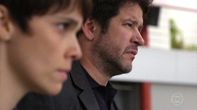 Santiago aponta a arma para Tufão e Nina, pretendendo matá-los - Carminha observa tudo inquieta no aeroporto clandestino
