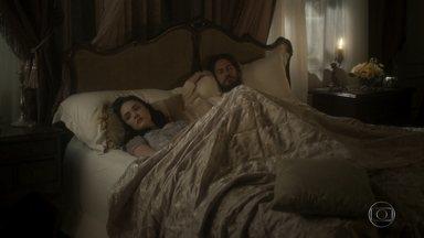 Anna pensa em Joaquim e abraça Thomas - A professora não consegue parar de pensar no amado