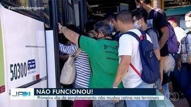 Primeiro dia de escalonamento para abertura de comércio gera aglomeração em terminais - Ônibus ficaram lotados, em Goiânia.