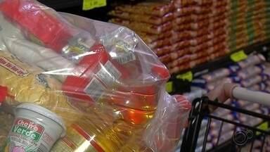 Pandemia aumenta venda de cestas básicas - Neste período de pandemia aumentaram as vendas de cestas básicas. E são dois públicos diferentes que estão comprando: um, ainda com medo de faltar alimentos no mercado, e o outro comprando cestas para doações.