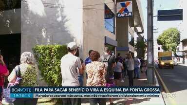 Fila para sacar auxílio vira a esquina em Ponta Grossa - Moradores usaram máscaras, mas não respeitaram o distanciamento mínimo.