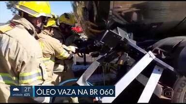 Duas carretas batem na BR 060, perto de Engenho das Lajes - Uma das carretas foi atingida na traseira. O estrago provocou o vazamento de 20 mil litros de óleo vegetal. Parte foi parar dentro de um riacho, que cruza a rodovia.