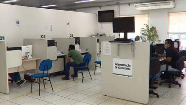 Trabalhadores relatam dificuldades em retirar seguro-desemprego - Agência dos trabalhadores do Paraná estão abertas para orientar sobre o seguro-desemprego, mas o atendimento deve ser agendado.