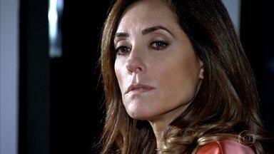 René desconfia que Tereza Cristina tenha algum segredo em seu passado - Ela tenta desviar o assunto e desacreditar as suspeitas de René, mas na ausência dele, conspira contra vida de Íris