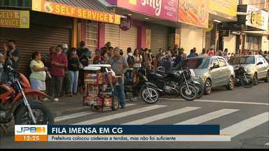 Fila forma aglomeração em Campina Grande, PB - Prefeitura tenou distanciar a população, mas não foi suficiente.