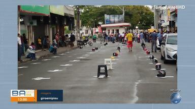 Capacetes e bancos plásticos são usados para marcar lugares em fila da Caixa em Ipiaú - Confira como está sendo a organização na cidade.