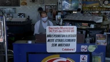 Bauru torna obrigatório o uso de máscaras durante pandemia - A partir desta segunda-feira a proteção com máscaras passou a ser obrigatória em vários locais em Bauru. O estabelecimento que não cumprir a determinação pode ser multado.