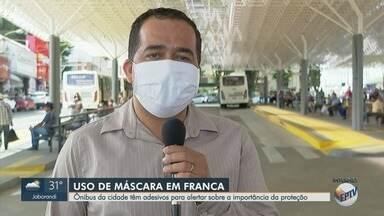 Ônibus têm adesivos para alertar sobre importância do uso da máscara em Franca, SP - Objetivo é evitar o contágio do novo coronavírus.