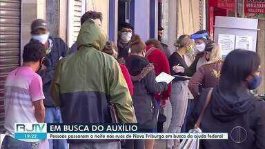 Friburguenses passam a noite na fila da Caixa para saber sobre o auxílio emergencial - Uma enorme fila começou a ser formada antes das 23h desta sexta-feira (1) na Agência do Centro.