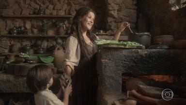 Elvira sabota a comida dos marinheiros na taberna - Ao ver os marinheiros portugueses e saber que o navio deles deve partir com a família real, Elvira decide agir e coloca óleo de ricino na sopa