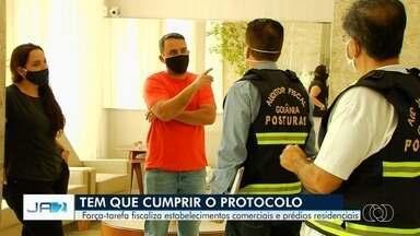 Força-tarefa fiscaliza estabelecimentos comerciais e prédios residenciais em Goiânia - Fiscais encontraram irregularidades no Setor Oeste, um dos bairros com mais casos de Covid-19.