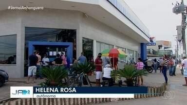 Goiás tem mais um dia de filas em busca do auxílio emergencial nas agências da Caixa - Beneficiários ainda enfrentam filas para conseguir os R$ 600.