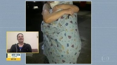 Mulher se enrola em lençol para abraçar a mãe - Ela estava pestres a dar a luz.