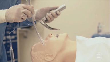Pesquisadores demonstram risco que médicos correm ao entubar pacientes com Covid-19 - Há uma dispersão de aerossóis. As partículas infectadas atingem a máscara, o protetor dos olhos, pescoço, orelhas, braços e o chão.