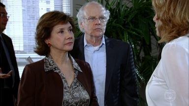 Celina e Danielle se estranham no fórum - Pedro corre para abraçar a avó