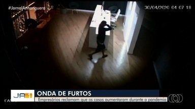 Vídeo mostra roubo a comércio em Goiânia - Autor conseguiu levar um notebook e uma televisão.