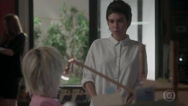 Lu fica com ciúmes de Leila - Carolina atende aos pedidos da estagiária e deixa a assistente enciumada
