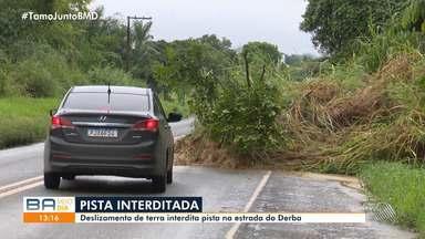 Deslizamento de terra interdita pista na estrada do Derba, em Salvador - Por causa do acidente, apenas uma via foi liberada no local na manhã desta segunda-feira (11).