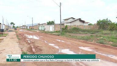 Moradores pedem que a Rua Pedro Camargo no bairro Cidade Satélite seja asfaltada - No período chuvoso a situação só piora.