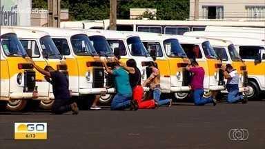 Motoristas protestam em Rio Verde - Condutores de transporte escolar e rural relatam problemas financeiros sem poderem trabalhar.