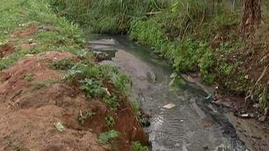 Moradores do Jardim Aeroporto III, em Mogi, reclamam da situação de córrego - Problema piora quando chove.