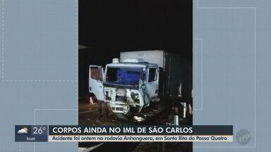 Corpos de vítimas do acidente em Santa Rita do Passa Quatro seguem no IML de São Carlos - Colisão entre dois caminhões e dois carros aconteceu na Rodovia Anhanguera.