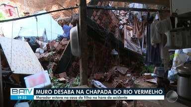 Muro de casa na Chapada do Rio Vermelho desaba; morador estava na casa da filha - É o segundo desabamento registrado na capital baiana, nas últimas 24h.
