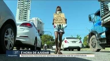 Menina troca máscaras por alimentos em sinal e desperta solidariedade - A menina carregava um cartaz em um sinal no Recreio dos Bandeirantes e acabou gerando solidariedade nas redes sociais.