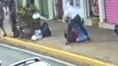 Pedestre é agredido por motorista após esbarrar em carro em Santa Cruz do Rio Pardo - Agressão foi registrada por câmera de segurança no centro da cidade. Vítima foi ajudada por pessoas que passavam pelo local; agressor foi identificado, mas não foi preso.
