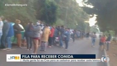 Após fake news, pessoas se aglomeram em fila para receber cesta básica, em Goiânia - Segundo a prefeitura, a aglomeração foi causada por notícia falsa sobre horários de funcionamento dos Cras.