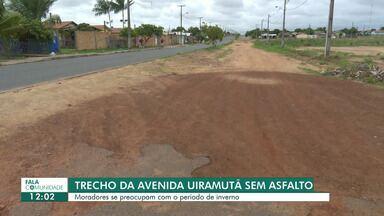 Trecho de avenida sem asfalto preocupa moradores do bairro Airton Rocha - Há cinco anos a avenida está com um lado da via sem pavimentação.