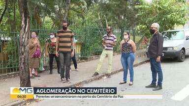 Parentes se concentraram na porta do Cemitério da Paz em BH - O número de pessoas nos cemitérios municipais está restrito por causa da pandemia.