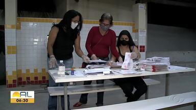 Alunos da rede pública de Marechal Deodoro recebem apostilas para ajudar nos estudos - Material vai servir de apoio para videoaulas.