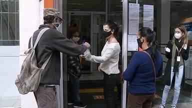 Assis distribui máscaras e orienta moradores sobre prevenção ao coronavírus - A prefeitura de Assis está distribuindo máscaras de proteção em alguns pontos da cidade, como agências bancárias e lotéricas. Além das máscaras, também é realizada a higienização das mãos e oferecida orientação sobre a importância do distanciamento em lugares públicos.