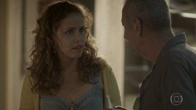 Gilda descobre que Dino tem uma dívida com Cordeiro - Ela avisa que pretende penhorar novamente seu colar, mas Cordeiro não aceita por causa da dívida de Dino